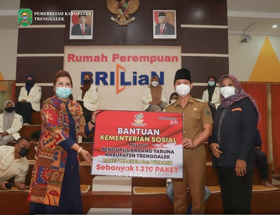 Bersama Anggota Komisi VIII DPR RI, Bupati Trenggalek Salurkan Bantuan Masker dan Vitamin dari Kemensos
